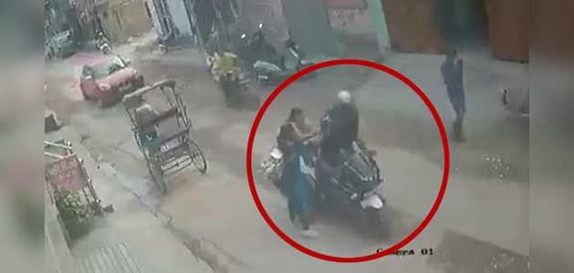 देखें, दिल्ली में महिला ने झपटमारी की कोशिश की नाकाम, बदमाश को धुना