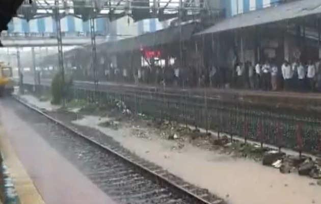 मुंबई में भारी बारिश, लोकल की रफ्तार थमी, स्कूलों की छुट्टी