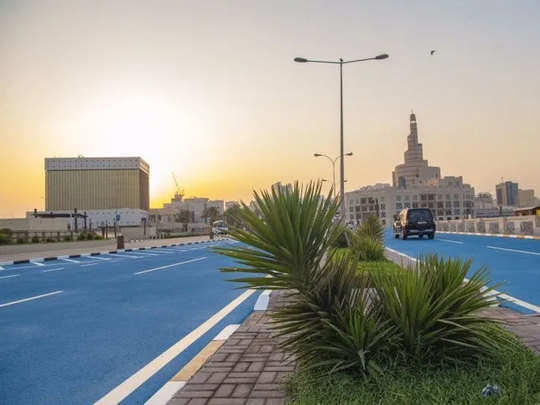 कतर की सड़कें नीली रंग में रंगी