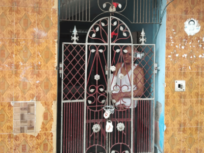 फरीदाबाद: घर सील कर गया बैंक, युवक भी अंदर बंद
