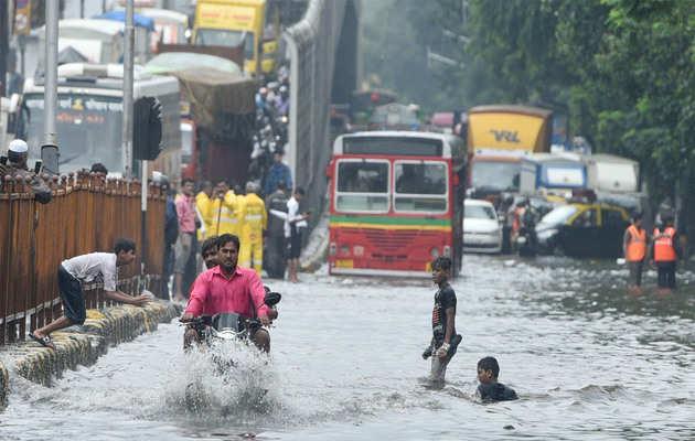 बारिश से मुंबई का बुरा हाल, अगले 24 घंटों के लिए रेड अलर्ट जारी