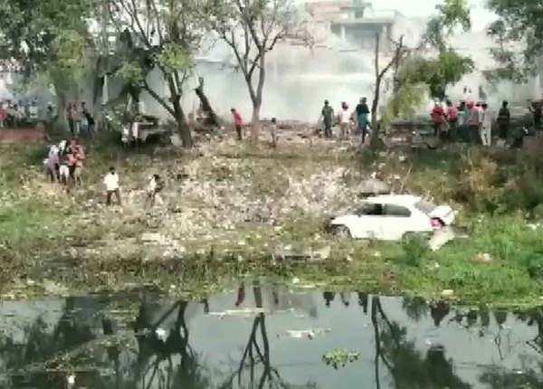 मलबे में दब गए लोग