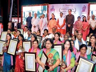 बेसिक शिक्षा के 49 शिक्षकों को सीएम ने दिया पुरस्कार