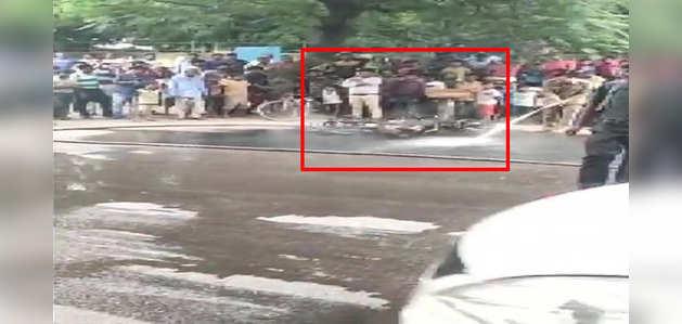 दिल्ली: ट्रैफिक पुलिस ने किया चालान, बाइक सवार ने मोटर साइकिल को किया आग के हवाले