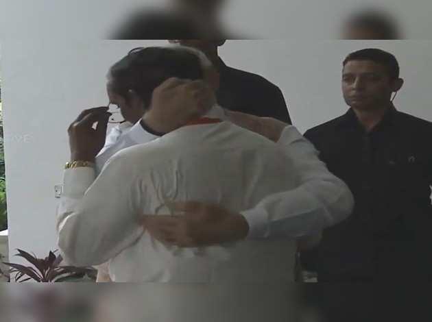 चंद्रयान-2: भावुक हुए इसरो प्रमुख के सिवन, पीएम ने लगाया गले