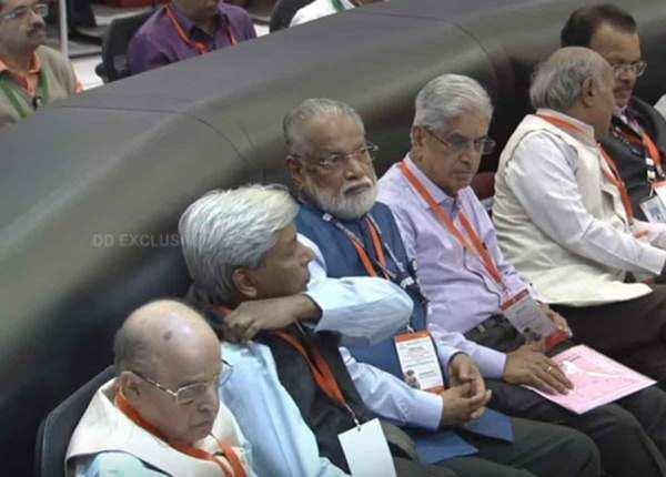 संबोधन सुनते पूर्व इसरो चीफ के राधाकृष्णन