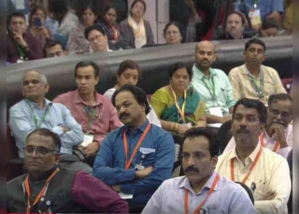 मोदी का संबोधन सुनते इसरो वैज्ञानिक