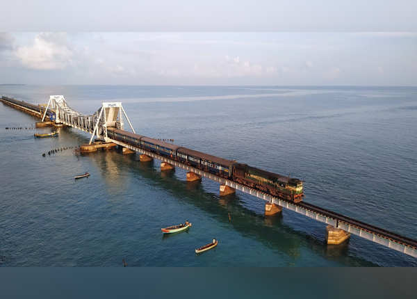 समुद्र के ऊपर बना है ब्रिज