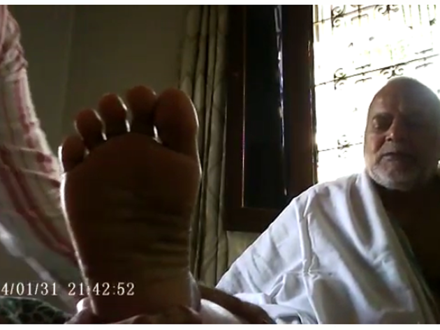 वायरल विडियो में मसाज कराता अधेड़ व्यक्ति