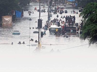 मुंबई में बाढ़ से भारी नुकसान