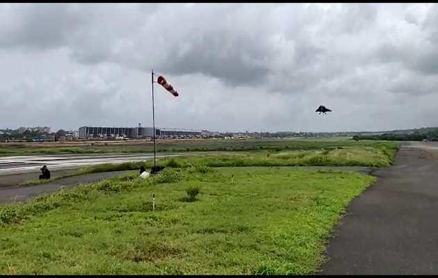 नौसेना के लिए विकसित किये जा रहे तेजस फाइटर जेट का सफल परीक्षण