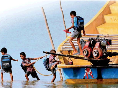 नाव से पढ़ने के लिए जाते हैं बच्चे