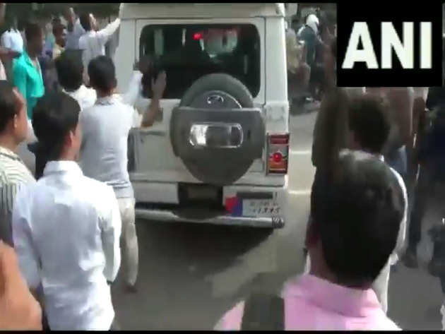 लोगों ने ट्रैफिक पुलिस अफसर की गाड़ी घेर ली