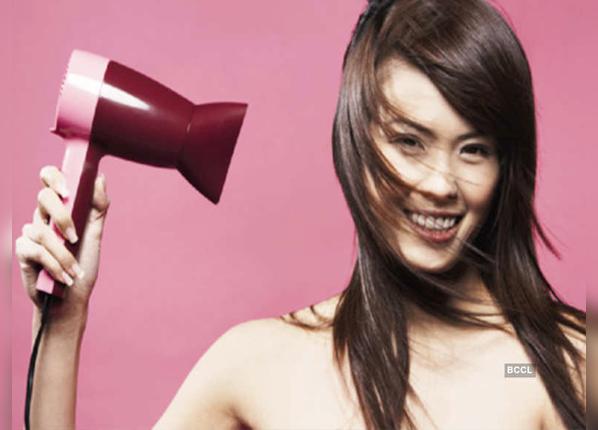 बालों को Blow Dry करने के फायदे और नुकसान