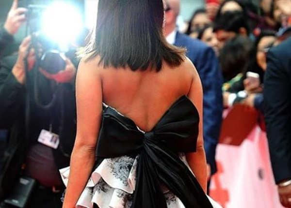 ब्लैक बो रही ड्रेस की हाइलाइट