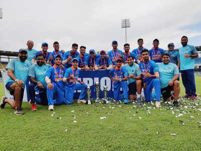 ट्रोफी के साथ अंडर-19 टीम।