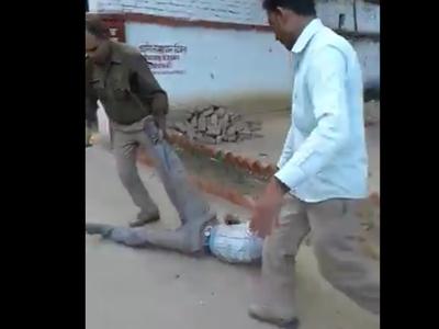 वाहन मालिक को घसीटकर ले जाती पुलिस