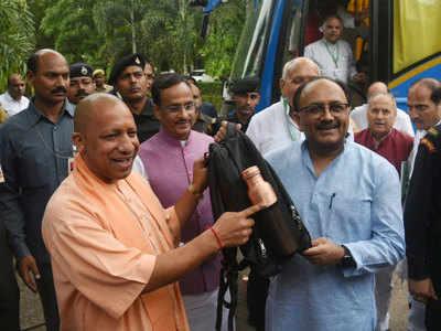 बैग और पानी की बोतल लेकर पहुंचे योगी के मंत्री