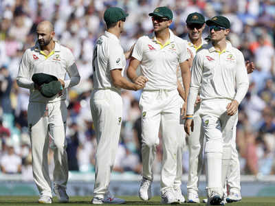 इंग्लैंड को दूसरी पारी में ऑलआउट करने के बाद लौटते ऑस्ट्रेलियाई खिलाड़ी