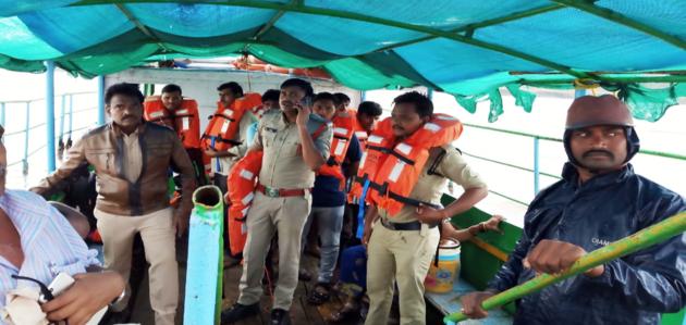 आंध्र प्रदेश: 60 लोगों को ले जा रही नाव पलटी, कई लोगों की मौत, राहत कार्य जारी
