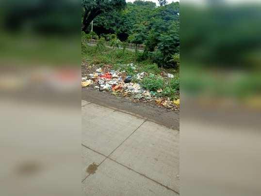 कचरा रस्त्यावर पडलेला