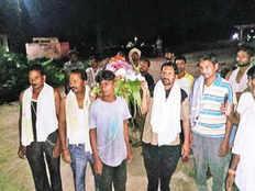 धोती-जनेऊ पहन मुस्लिम भाइयों ने किया पिता के ब्राह्मण दोस्त का अंतिम संस्कार