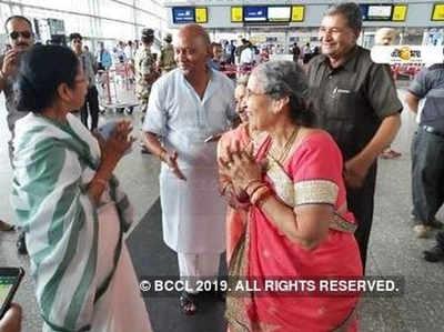 कोलकाता एयरपोर्ट पर जसोदाबेन से मिलीं ममता बनर्जी