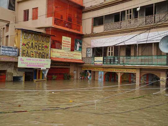 गंगा किनारे बसे मंदिरों के अंदर पहुंचा बाढ़ का पानी