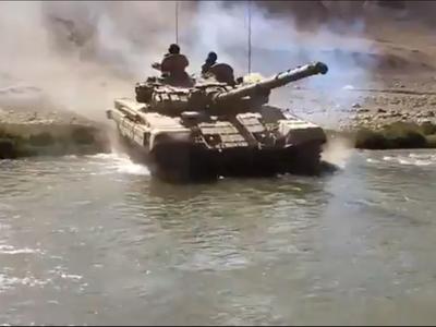 अभ्यास के दौरान पानी के अंदर से गुजरता टैंक