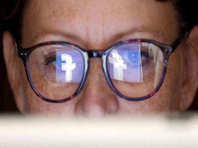 ऑगमेंटेड रिएलिटी ग्लासेज बनाने के लिए RayBan के साथ पार्टनरशिप करेगा फेसबुक