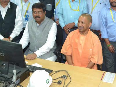 गोरखपुर पहुंचे सीएम योगी और पेट्रोलियम मंत्री धर्मेंद्र प्रधान