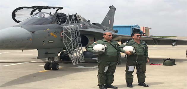 रक्षा मंत्री राजनाथ सिंह ने बेंगलुरु में तेजस फाइटर प्लेन में भरी उड़ान