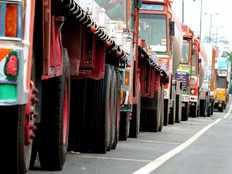 पांच हजार ट्रकों के पहिये जाम, नए मोटर वाहन अधिनियम के विरोध में सड़क पर उतरे ट्रांसपोर्टर