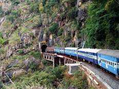 नदियों के ऊपर से, कहीं सुरंग के भीतर से, ये हैं भारत के सबसे लंबे रेल रूट्स