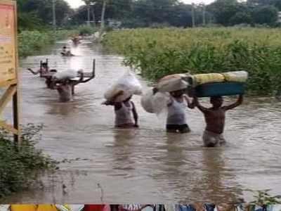 पानी में घिरे लोग