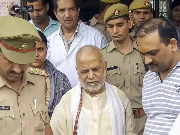 चिन्मयानंद को जेल ले जाते पुलिसकर्मी