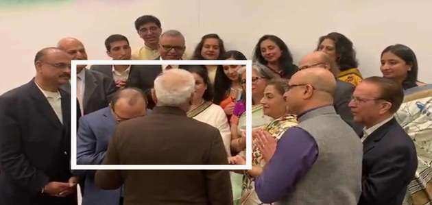 देखें, US में मोदी से मुलाकात के दौरान भावुक कश्मीरी पंडित ने चूमा पीएम का हाथ