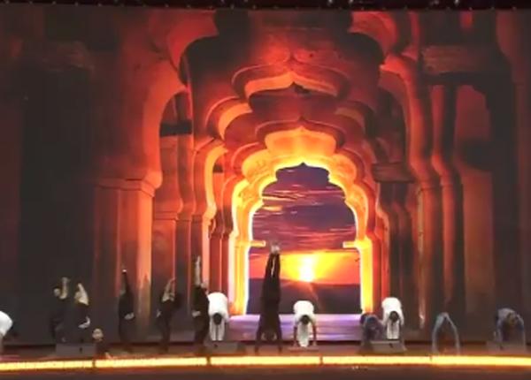 सूर्य नमस्कार से बताया योग का महत्व