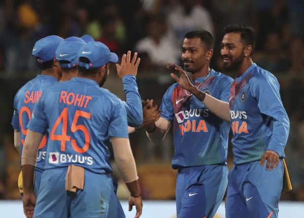 तीन गेंदबाजों ने दिए दहाई की औसत से रन