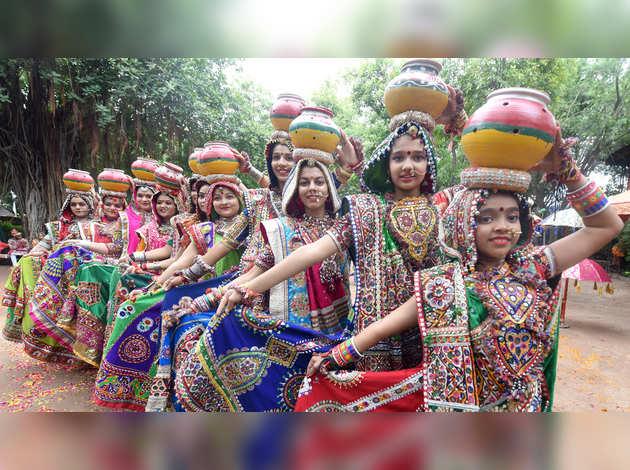 अहमदाबाद: नवरात्रि से पहले गरबा का अभ्यास करने में जुटे डांसर्स
