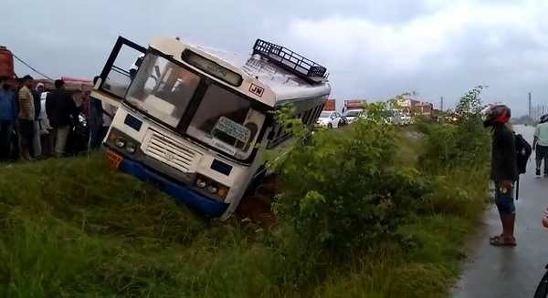 watch jangaon depot ts rtc bus accident at ghatkesar