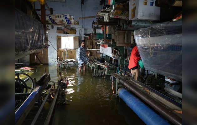 निचले इलाकों के घरों में भर गया है बाढ़ का पानी
