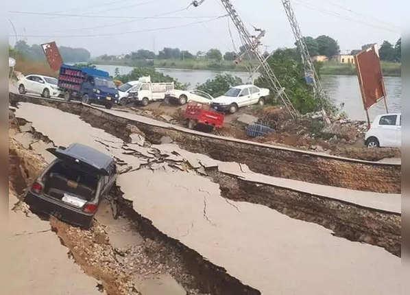 भूकंप इतना शक्तिशाली कि धंस गई सड़क