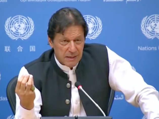 प्रेस कॉन्फ्रेंस के दौरान इमरान खान