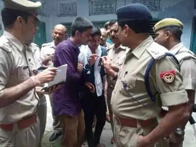 हत्याकांड के बाद मृत पुरोहित के बेटे से बात करते पुलिस अधिकारी (फाइल फोटो)