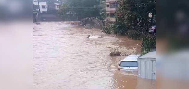 पुणे में भारी बारिश से जनजीवन अस्तव्यस्त, कई इलाकों में बाढ़ जैसी स्थिति