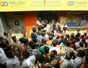 PMC बैंक पर RBI ने लगाया प्रतिबंध, बैंक की शाखाओं में खाताधारक हो रहे परेशान