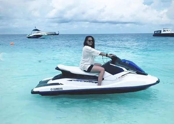 मालदीव में समंदर का लुत्फ उठा रही हैं सोनाक्षी