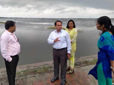 बाढ़ ग्रस्त क्षेत्र का जायजा लेते अधिकारी