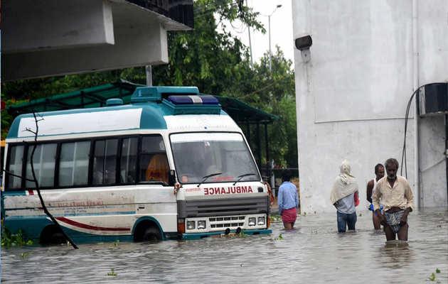 देखें: भारी बारिश के बाद जलमग्न हुईं पटना की सड़कें